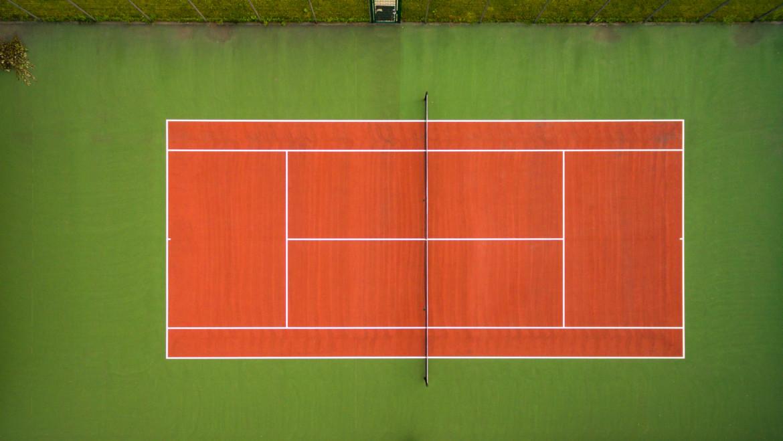 Typy nawierzchni na kortach tenisowych i ich wpływ na przebieg gry