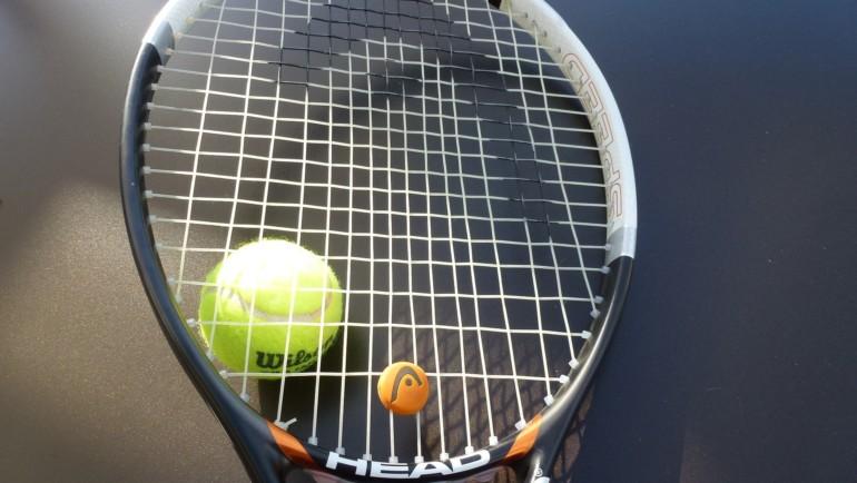 Naciągi tenisowe hybrydowe – z czym to się je? (poradnik i przykłady)